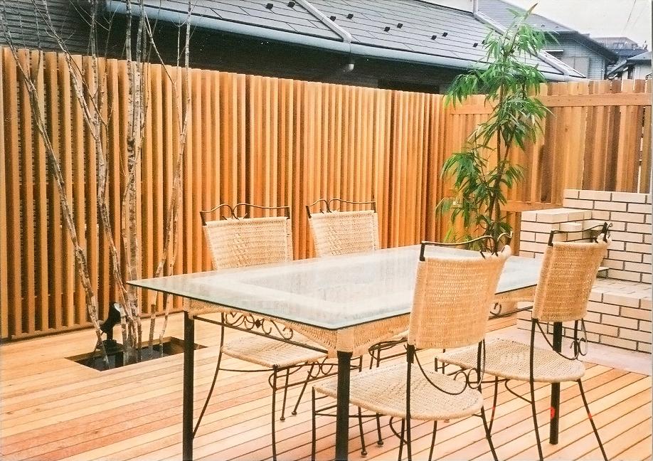 ウッドデッキテラスとダイニングテーブル